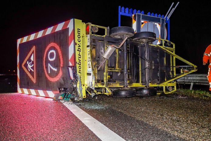 Jaarlijks botsen er tientallen auto's op pijlwagens bij wegwerkzaamheden, zoals vorig jaar op de A59 bij Terheijden.