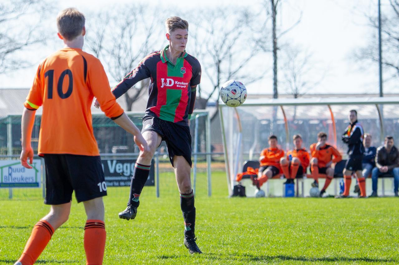 Lex Klaver van SVSH1 Sten Poppels van Terlo in duel.