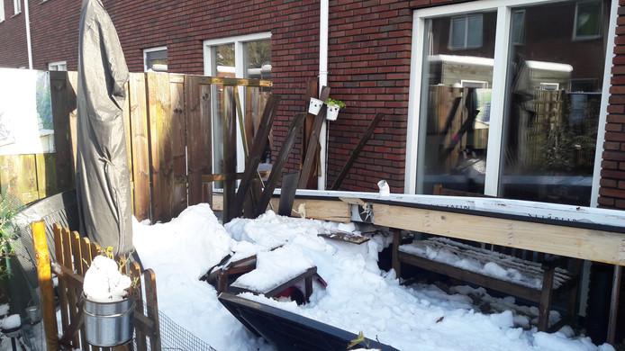 Door de hevige sneeuwval zijn in de Morinistraat in Apeldoorn dakgoten naar beneden gestort.