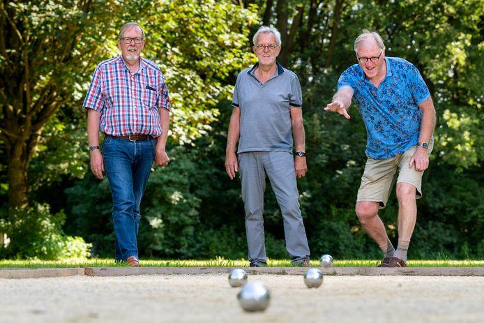 In Park Immerloo zijn op initiatief van mensen in de wijk twee nieuwe jeu de boulesbanen aangelegd. Binnenkort is de officiële opening. Aad Speijers (blauw shirt), Arjen van Kalsbeek (grijs shirt) en Jan Piet Slot (ruitjes blouse) gooien alvast een bal.