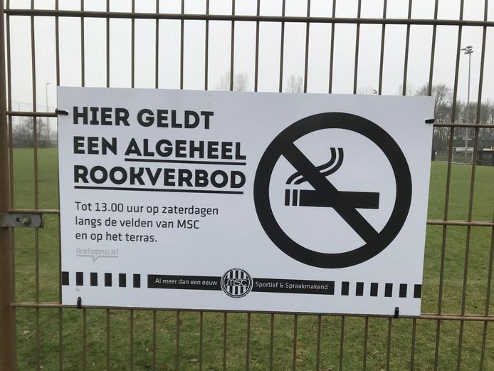 Op Sportpark Ezinge in Meppel zijn borden opgehangen om bezoekers te informeren over het rookverbod, zo ook bij MSC Meppel.