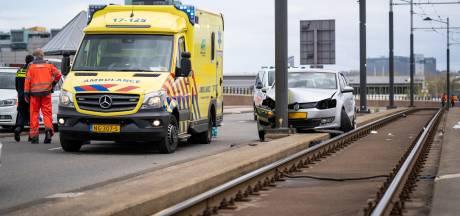 Man raakt zwaargewond nadat hij met auto tegen trampaal aanrijdt