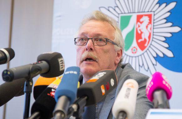 Commissaris Ralf Östermann informeert de pers over de stand van zaken van het onderzoek naar het drama in Höxter.
