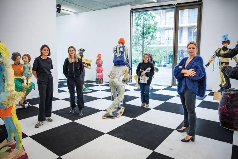 Sofie Van De Velde (49, rechts op foto) stelt al bijna vijf jaar kunst tentoon aan Nieuw-Zuid. Op de foto ook haar team: Axelle, Astrid en Theresia. Beeld Joel Hoylaerts / Photo News