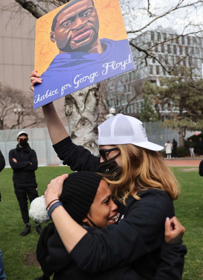 Vrouwen vallen elkaar huilend in de armen na het vonnis in Minneapolis.