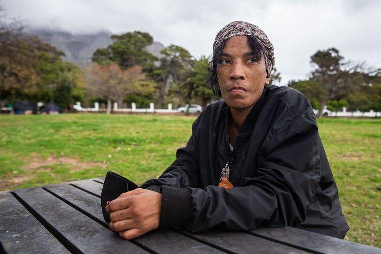 De lockdown komt hard aan bij dakloze Tania Fioagua (33). Ze komt nauwelijks nog aan eten en aan geld. Beeld Ashraf Hendricks
