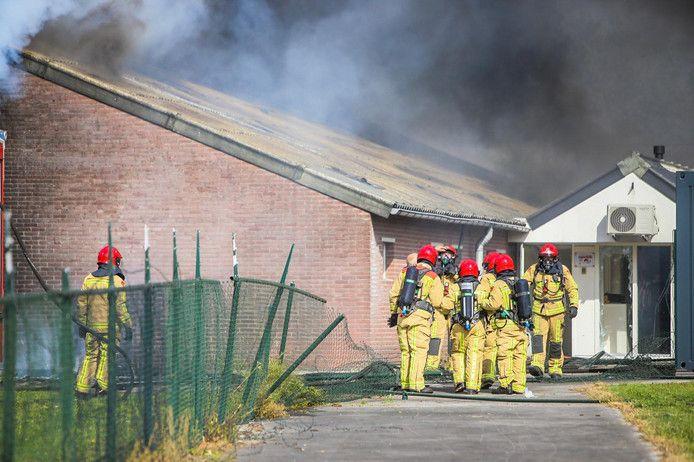 Brandweermannen bij de stalbrand in Asten.