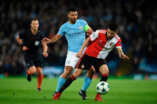 In duel met Sergio Aguero tijdens zijn verhuurperiode aan Feyenoord.