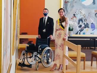 Voor een plechtigheid op bezoek in het stadhuis en slecht te been? Dan helpen stadsmedewerkers je voortaan graag met een rolstoel