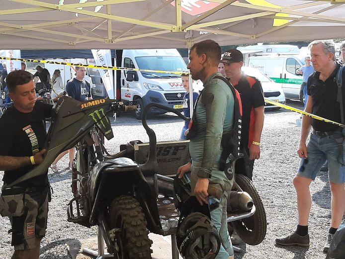 Etienne Bax neemt met de monteurs de schade op na de eerste manche van het ONK zijspancross in Berghem.