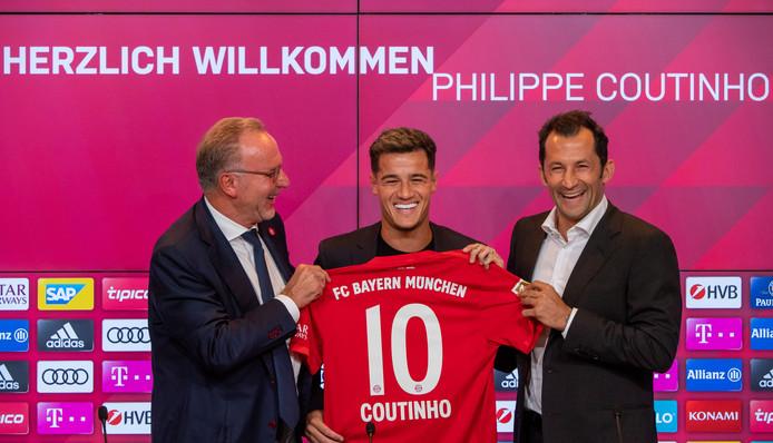 Philippe Coutinho met directeur Karl-Heinz Rummenigge (L) en technisch directeur Hasan Salihamidzic (R)