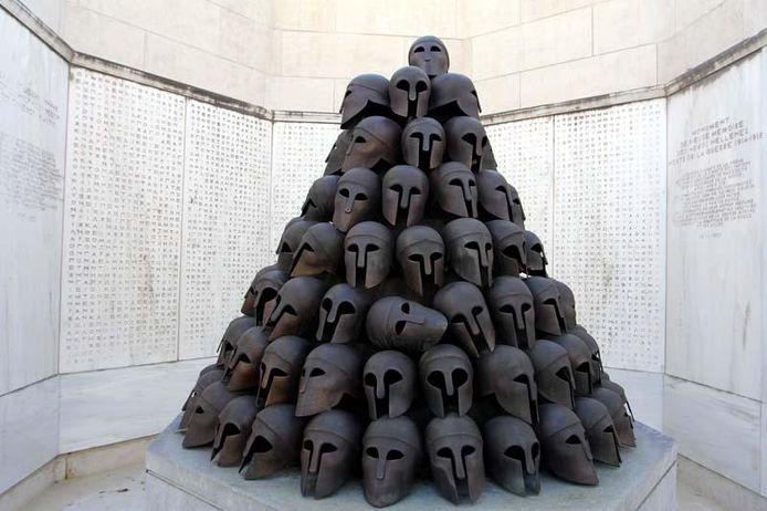 Le week-end dernier, la totalité des casques, qui composent le monument grec du Mémorial Interallié, a été dérobée. Cette œuvre est l'un des sept monuments commémoratifs de la Seconde Guerre mondiale offerts par les nations alliées. Au total, 114 casques en bronze la composaient.