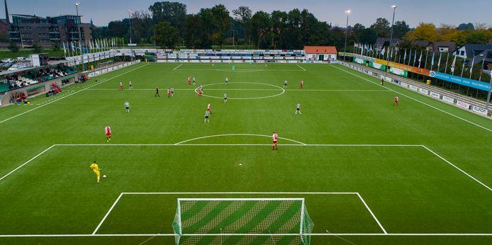 Beeld uit SC Genemuiden - Flevo Boys van 3 oktober, de voorlaatste wedstrijd in het afgebroken amateurseizoen. Beide teams willen elkaar nog treffen in de Regiocup, maar de kans op doorgaan lijkt klein.