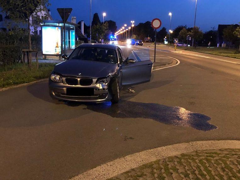 De BMW kwam uit de Hekkestraat en reed in op het minibusje.