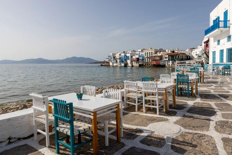 Een verlaten terras op het Griekse eiland Mykonos. Beeld Getty Images