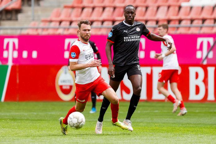PSV'er Jordan Teze ziet Sander van de Streek er vandoor gaan.