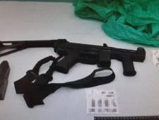 Dit zijn gevonden wapens en drugs uit ondergrondse ruimtes bij woonwagenkamp Oss
