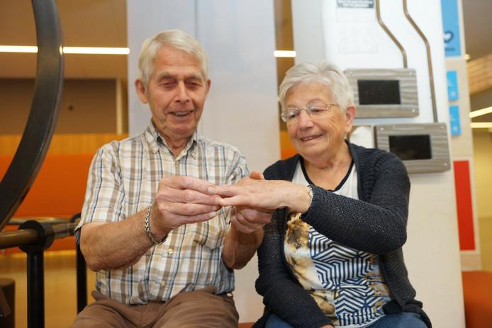 Cor Bruijgoms (83) doet de ring na de vondst terug bij zijn vrouw Sophie (76).