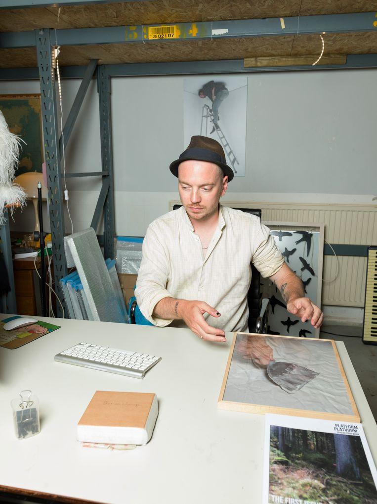 Kunstenaar Bas van Wieringen in zijn atelier in Amsterdam Noord. Beeld Ivo van der Bent