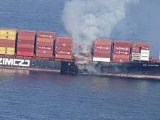 Du gaz toxique s'échappe d'un porte-conteneurs en feu au large du Canada