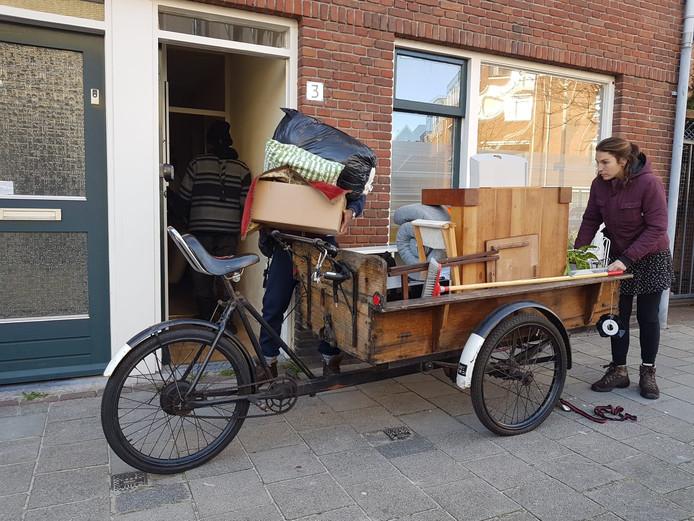Internationale studenten van de Koninklijke Academie voor Beeldende Kunsten kraken leegstaande sloopwoningen in Spoorwijk, Den Haag
