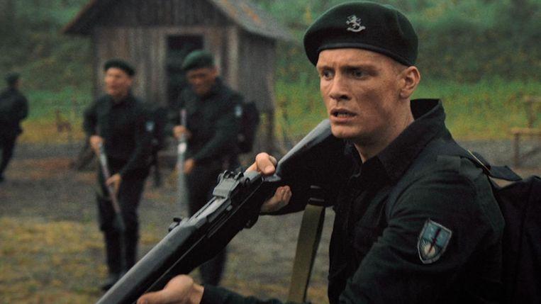 Filmstill uit 'De Oost' met Martijn Lakemeier als soldaat Johan. Beeld