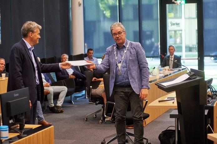 Overhandiging onderzoeksrapport naar de dood van Arie Dekker. Links Jacco Peter Hooiveld en rechts Jan Zoll