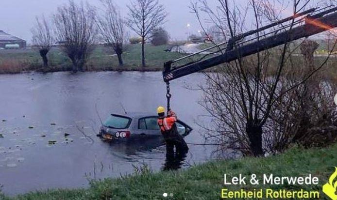 De auto moest uit het water worden getakeld.