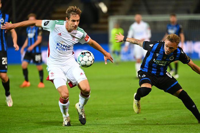 David Hubert (l.) in duel met Noa Lang tijdens OHL-Club Brugge (2-1).