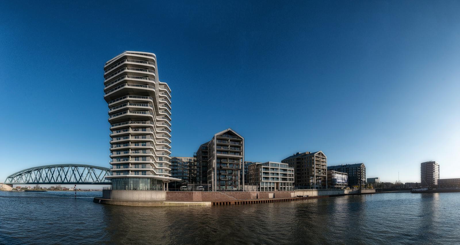 Het appartement dat te koop is, is gelegen op de twee bovenste verdiepingen van het complex de Lunet, aan de Kaapstander in Nijmegen.