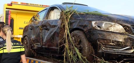Auto wordt gelanceerd door drempel en belandt in de sloot