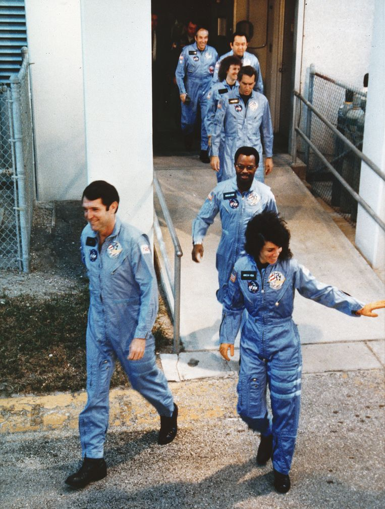 De Challenger-bemanning op weg het lanceerplatform in het Kennedy Space Center.  Beeld Getty