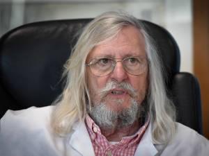 """Didier Raoult contre-attaque et dénonce """"une étude foireuse et délirante"""""""