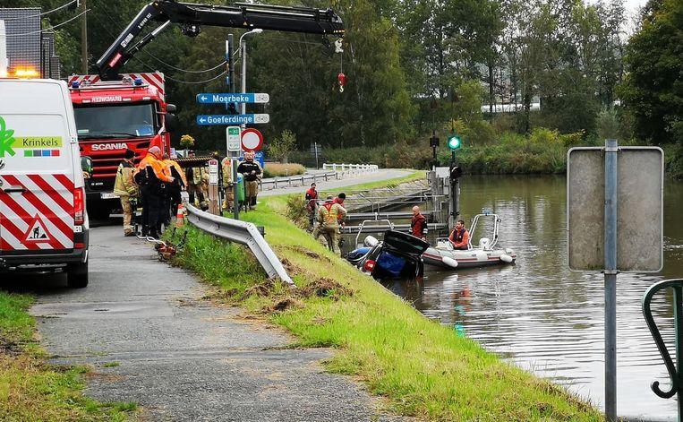 De brandweer slaagde erin om de wagen tot tegen de oever te trekken.
