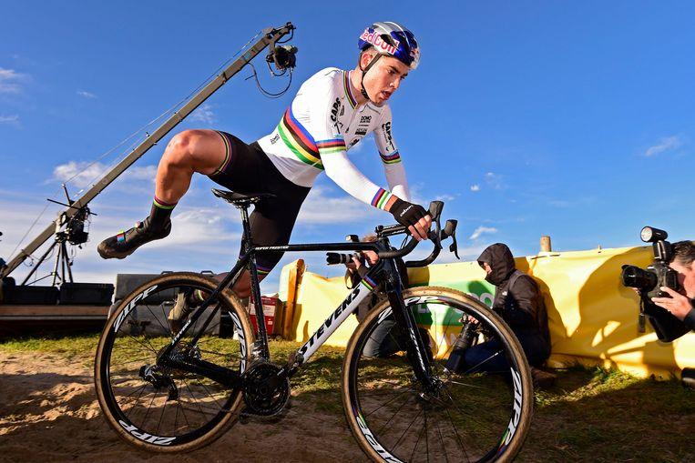 Wout van Aert springt weer op de fiets na een hindernis in de Superprestige. Beeld Photo News