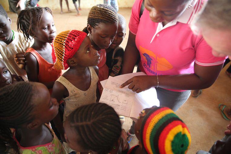 Kinderen in de sloppenwijken van Freetown, Sierra Leone, die getroffen werd door ebola. Beeld ANP