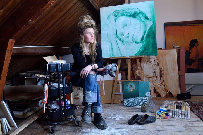 Loes van Roozendaal in haar atelier.