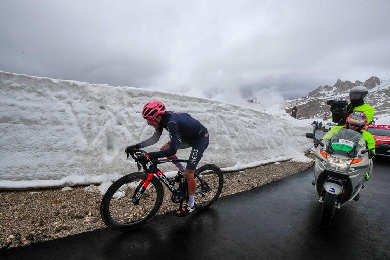 In winterse omstandigheden snelt Egan Bernal naar de zege in Cortina d'Ampezzo.  Beeld AFP