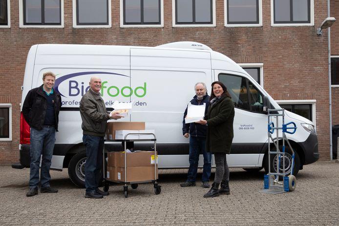 Vlnr Geerd Dijkstra van Zeeuwland, Aad Willemse van de bewonerscommissie van De Veste, teamleider logistiek Sjaak Otte van Bidfood en teamleider verkoop Rachel de Wijs van Bidfood met de appeltaarten.