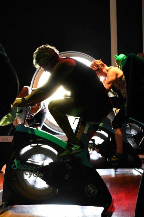 Keihard trainen met keiharde beats in het pikdonker: dit is de nieuwste sportschooltrend