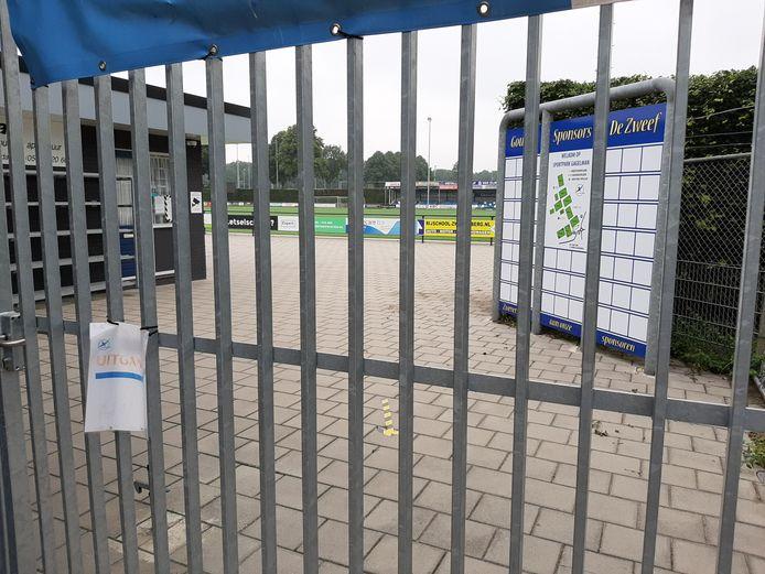 Voetbalclub De Zweef wil vandalen het liefst buiten de deur houden.