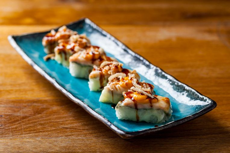 El Topo (zalm, jalapeño, shisoblad, mozzarella en ui). Beeld Ming Tang-Evans