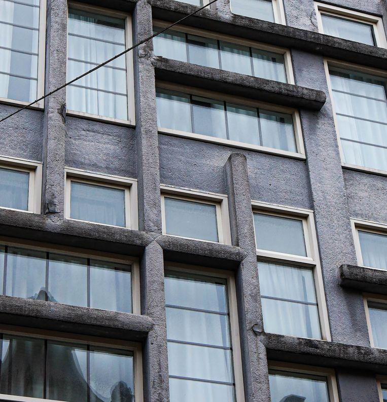 Op 28 november liepen we door de Kerkstraat. Waar ons oog viel op de architectonische raampartij van Hotel Acostar, gevestigd in het tussen 1926 en 1927 in expressionistische en Amsterdamse Schoolstijl gebouwde voormalige bedrijfsatelier van de firma Liberty. Winnaar van het jaarabonnement op Ons Amsterdam is Simone Spangberg. Beeld Anouk Hulsebosch