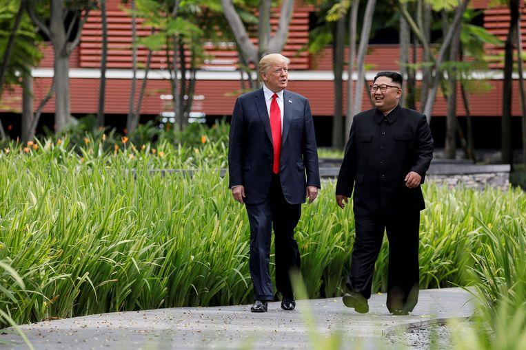 Doorgaans draagt de Noord-Koreaanse leider donkere, hoog dichtgeknoopte pakken.