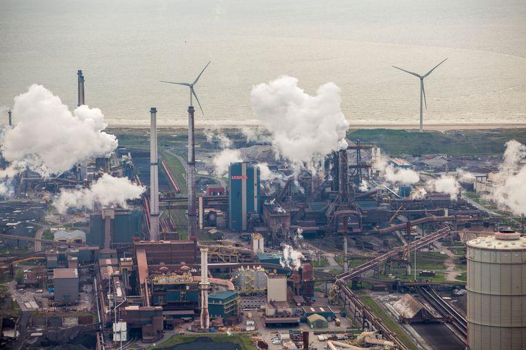 Een beeld van het Hoogovens-complex in IJmuiden. De staalproducent behoort tot de grootste CO2-uitstoters van Nederland. Beeld Getty Images