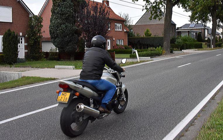 """De Prinsenlaan in Weelde. """"Levensgevaarlijk voor motorrijders door de gladde verf"""", vindt Henk Huber."""