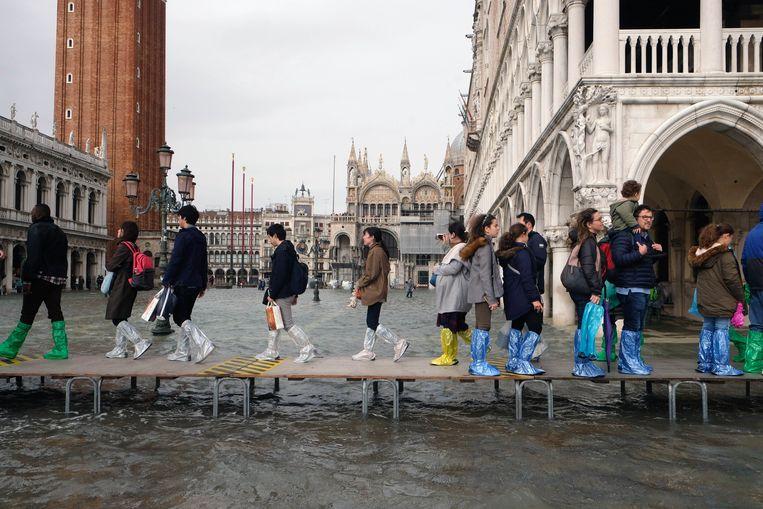Natte voeten in Venetië. De dogestad liep onder water, en een van onze journalisten was er toevallig bij. Beeld Photo News