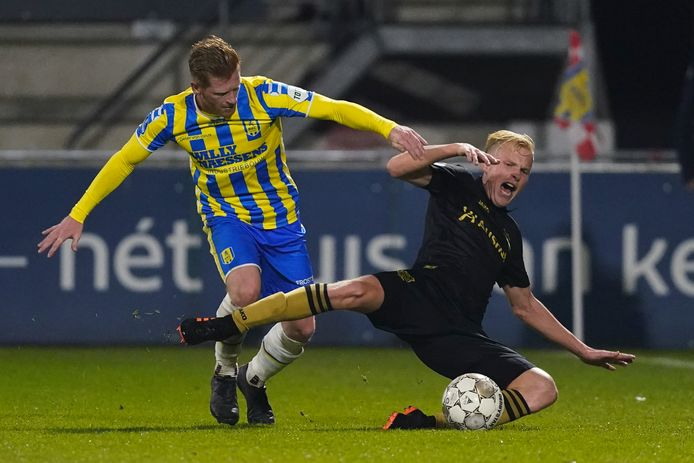 Richard van der Venne in duel met Jan Paul van Hecke.