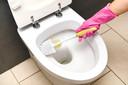 De onderkant van de wc-bril ziet er naar verloop van tijd geel uit. De urine heeft zich dan in het kunststof gevreten.