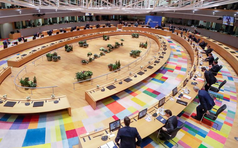 De grote vergaderzaal in Brussel gisteren aan de start van de Europese Raad.  Beeld Oliver Hoslet/EPA